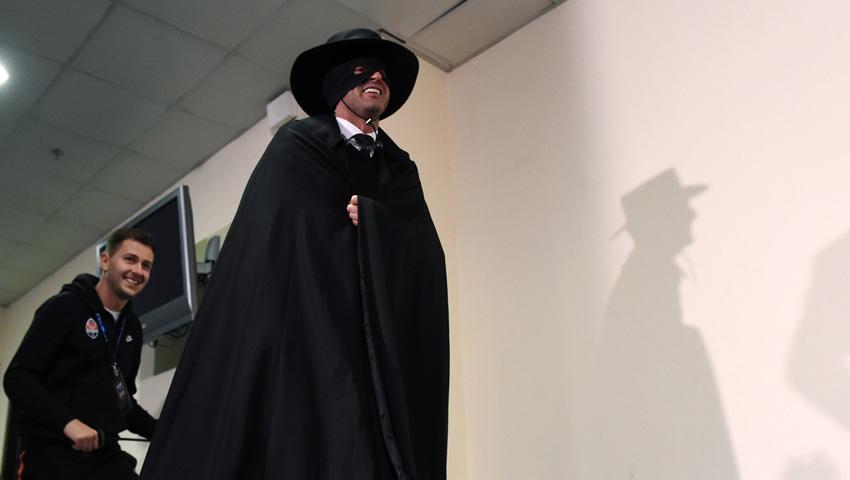 Фонсека сдержал обещание, одев костюм Зорро на пресс-конференцию