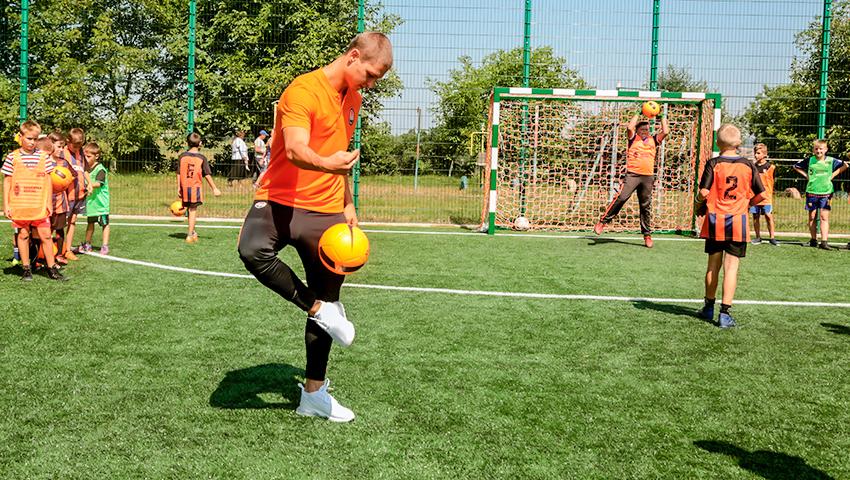 Чемпіон світу відкрив спортивний майданчик у прикарпатському селі (фотофакт)